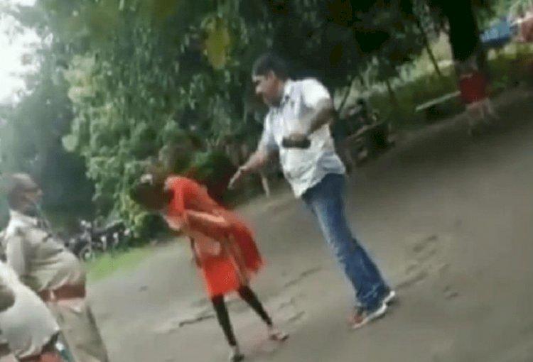 साहिबगंज : बरहेट पुलिस स्टेशन में लड़की की पिटाई,  वीडीओ वायरल, ऑफिसर इंचार्ज हरीश पाठक सस्पेंड (देखें VIDEO)