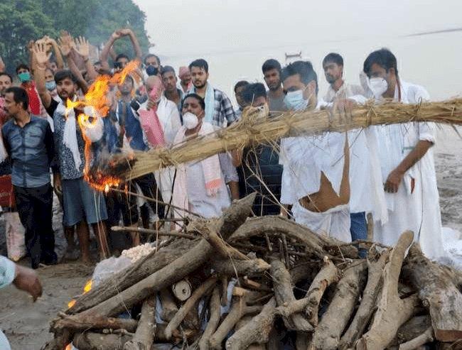 बिहार: एक्स सेंट्रल मिनिस्टर रघुवंश प्रसाद सिंह पंचतत्व में विलीन, छोटे पुत्र ने दी मुखाग्नि, अंतिम यात्रा में उमड़ी भीड़