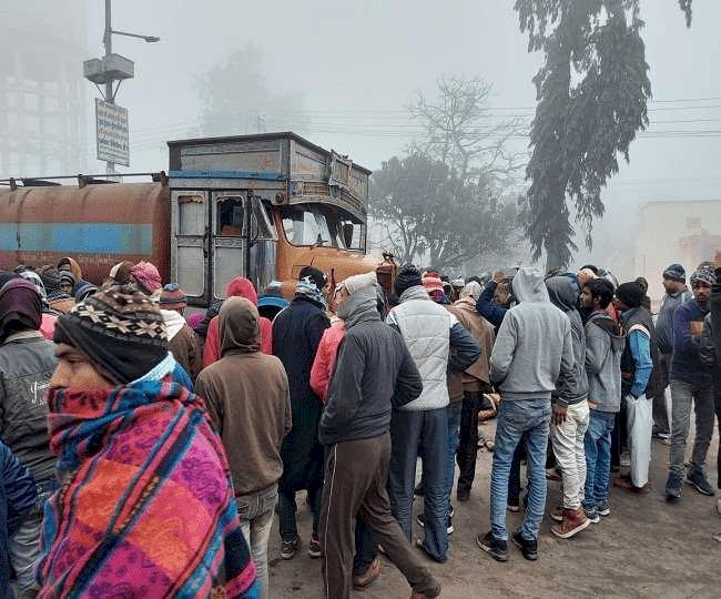 बिहार: नरकटियागंज में रेल ओवरब्रिज पर रोड एक्सीडेंट, टैंकर ने बाइक सवार तीन युवकों को कुचला, मौके पर मौत