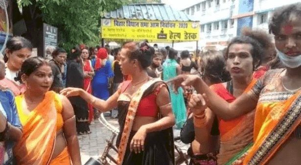 बिहार: गोपालगंज में लॉकडाउन का विरोध! किन्नरों का बवाल, सरकारी गाड़ी को किया क्षतिग्रस्त, जान बचाकर भागे अफसर