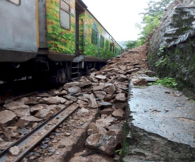 धनबाद-गया रेलवे ट्रैक पर    लैंड स्लाइड के कारण गिरी चट्टान, दुर्घटनाग्रस्त होने से बची राजधानी एक्सप्रेस