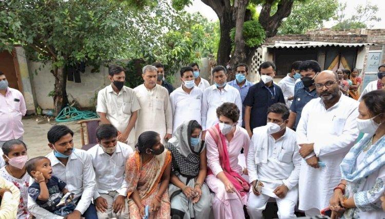 उत्तर प्रदेश: लखीमपुर में बदसलूकी का शिकार हुई महिला से मिलीं प्रियंका गांधी, योगी गवर्नमेंट पर हमला बोला