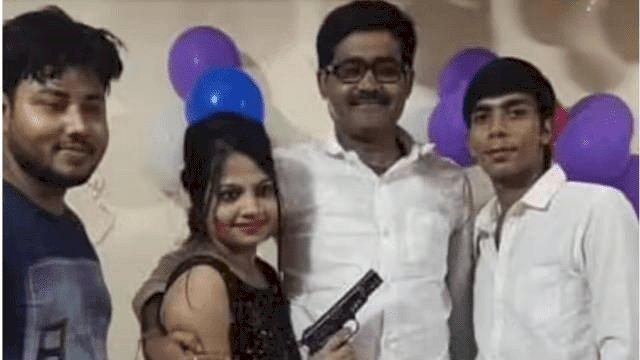 बिहार:बर्थडे पार्टी में पहुंचे सब इंस्पेक्टर ने बिजनेसमैन की बेटी को दे दिया सर्विस रिवॉल्वर, फोटो वायरल