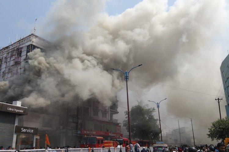 धनबाद: बैंक मोड़ श्री कृष्णा प्लाजा मैक्स लाइफ इंसोरेंस ऑफिस में आग से 84 लाख का नुकसान