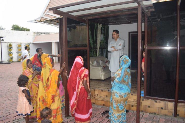 धनबाद: सिजुआ की महिलाओं ने मंदिर निर्माण को लेकर रणविजय सिंह से मुलाकात की