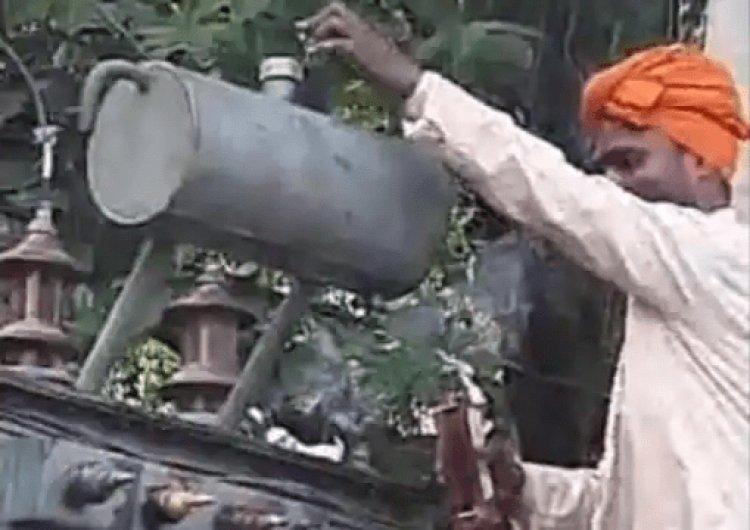 बिहार: छपरा में बिजली डिपार्टमेंट के स्टाफ का टोटका, ट्रांसफार्मर पर चढ़ाई शराब तो आई बिजली