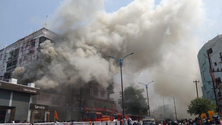 धनबाद: बैंक मोड़ श्री कृष्णा प्लाजा में लगी आग, फायर बिग्रेड की टीम ने पांच घंटे में किया कंट्रोल, लाखों का नुकसान