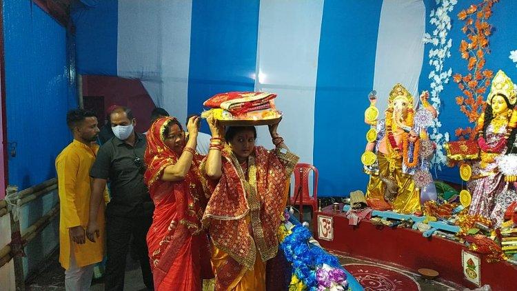 धनबाद: झरिया विधानसभा के विभिन्न क्षेत्रों में दुर्गा पूजा में शामिल हुई रागिनी सिंह